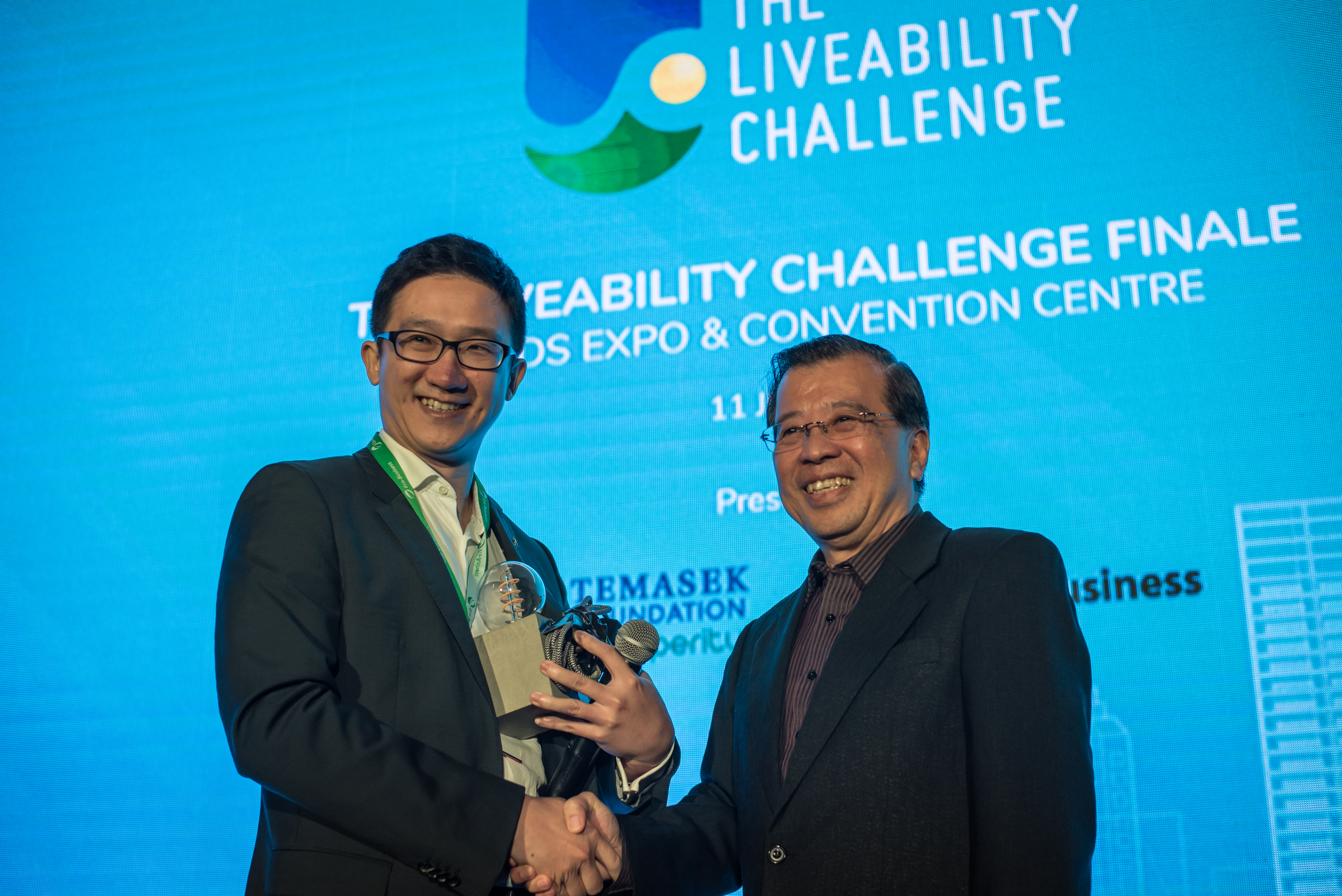 Photo 2 - Mr Zhaotan Xiao receiving The Liveability Challenge 2018 award from Mr Lim Hock Chuan